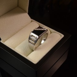 Onyxi rõngas teemantidega